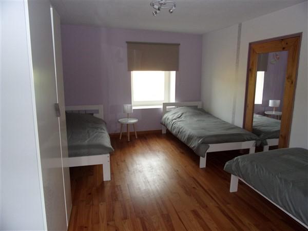 Chambre 3 lits simple et armoire