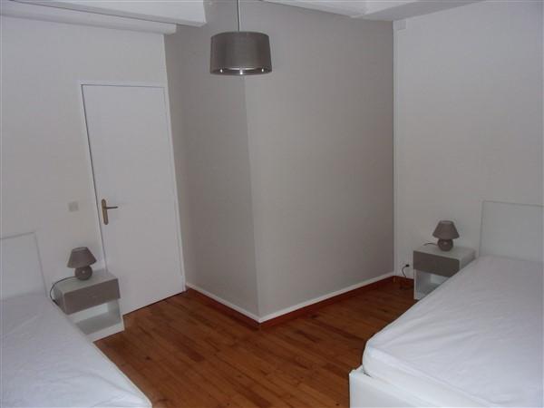 Chambre avec 2 lits simples et commode